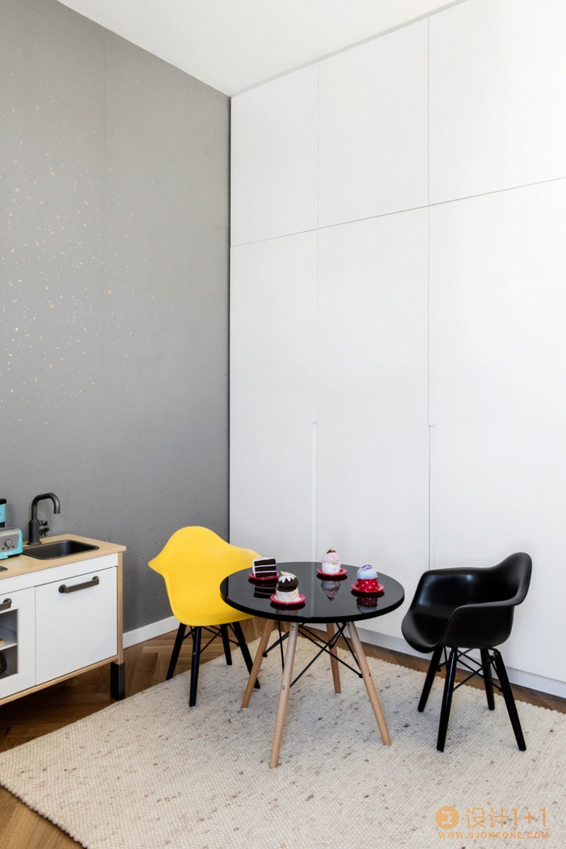 特拉维夫黑白简约的顶层复式公寓
