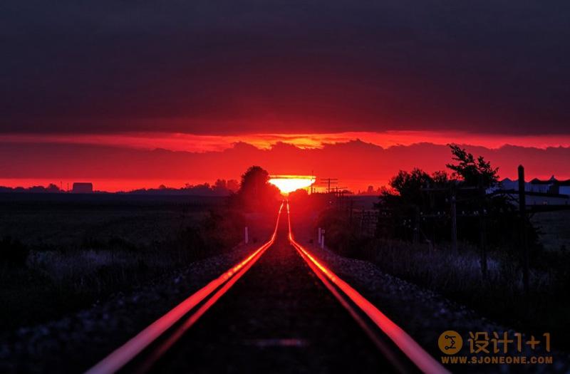 摄影师每年蹲守拍摄被日出染红的铁轨